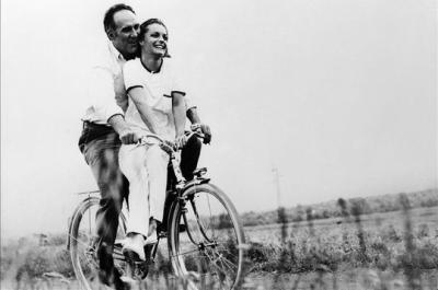 "Yves Montand chante ""A bicyclette""  paroles de Pierre Barouh - musique de Francis Lai (1969)"