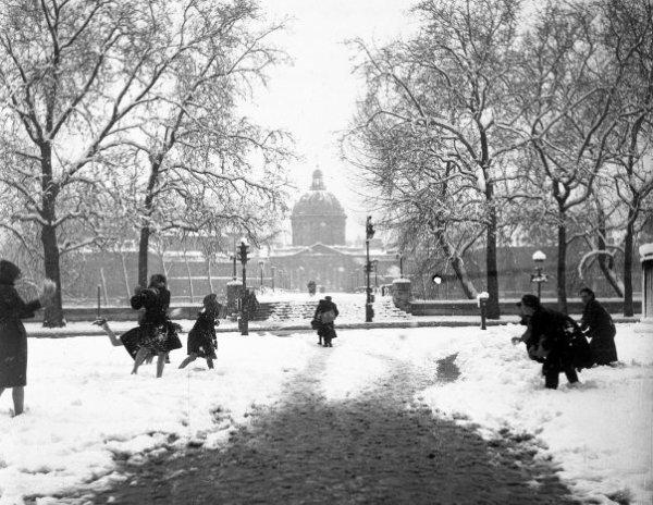 Boules de neige au Pont des Arts... en 1945