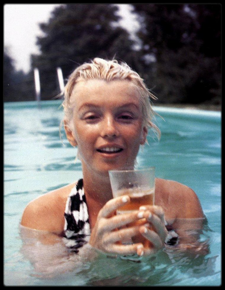 Marilyn MONROE at pool