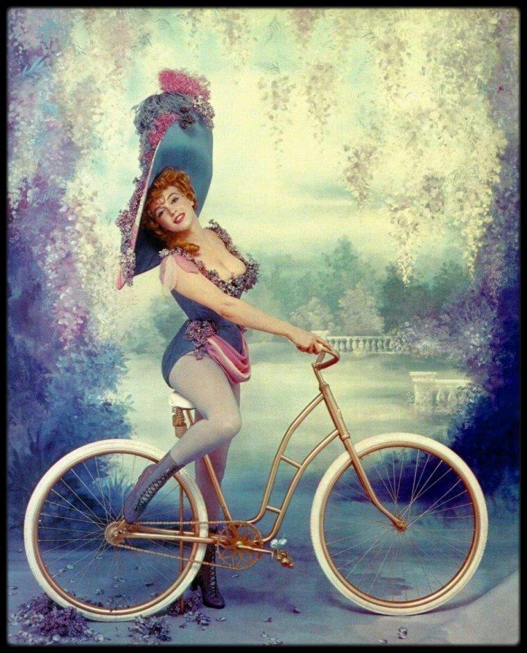 Petit clin d'oeil au tour de FRANCE qui s'est arrêté à Valence, Marilyn parodiant Lillian RUSSELL à vélo...