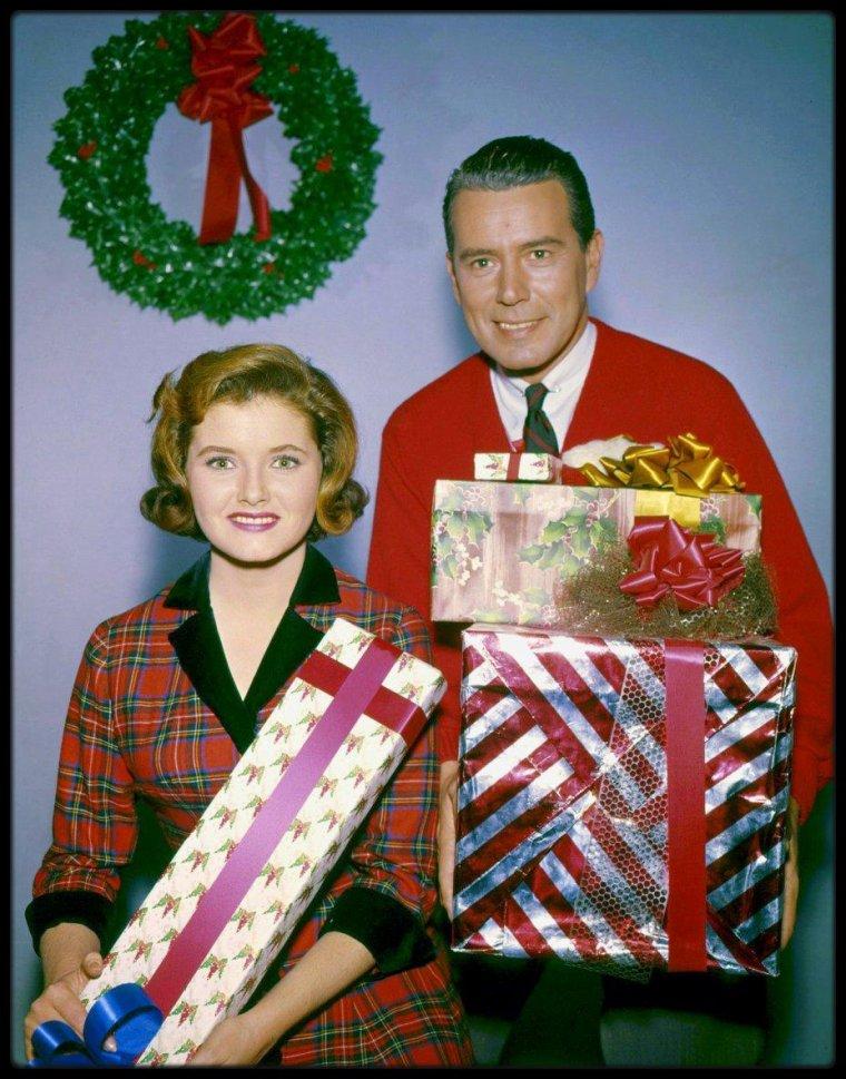 "(1957-1962) John FORSYTHE, Noreen CORCORAN, Sammee TONG ou encore Edgar BERGEN, dans la sitcom Américaine ""Bachelor father""."