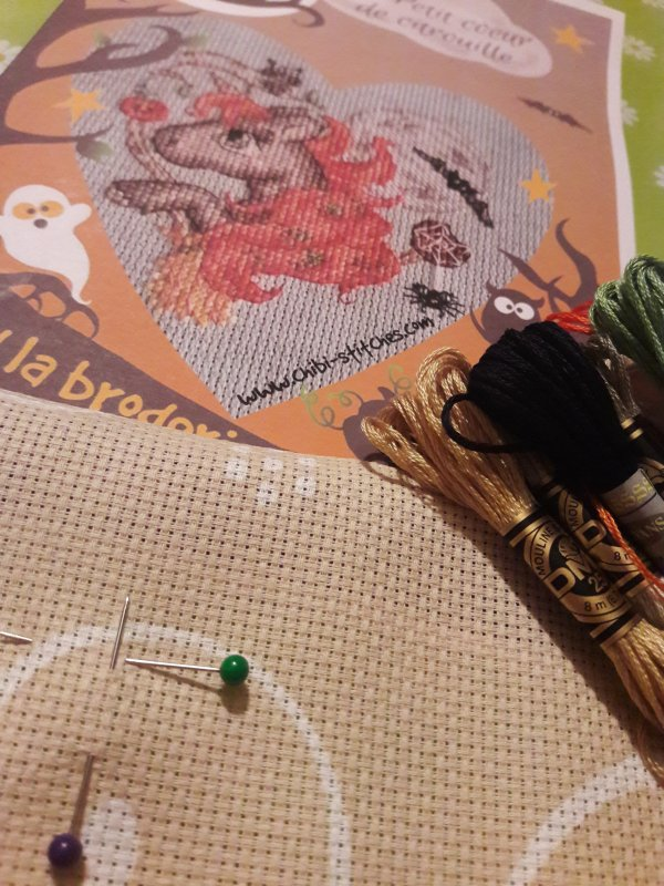 Ce que je vais broder, toujours thème Halloween.  Grille offerte de la part de mon amie crochet-tricot-broderie