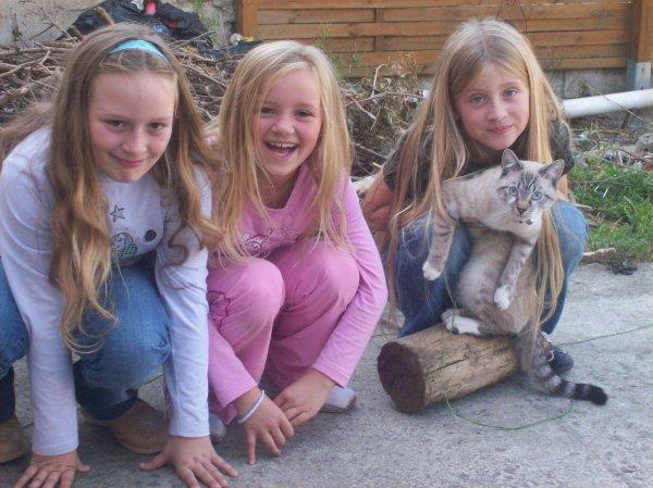moi avec ma soeur et ma meilleure amie et mon chat