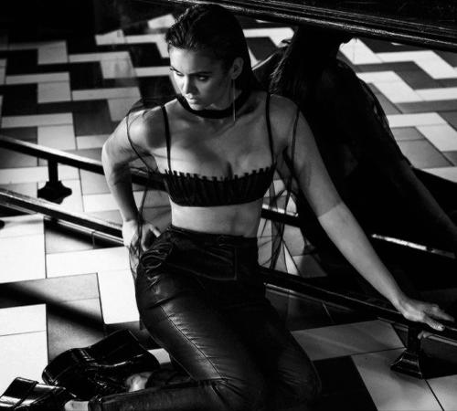Nouveau shoot de Nina pour le magazine Interwiev. Elle est très sexy mais hélas trop photoshopper !