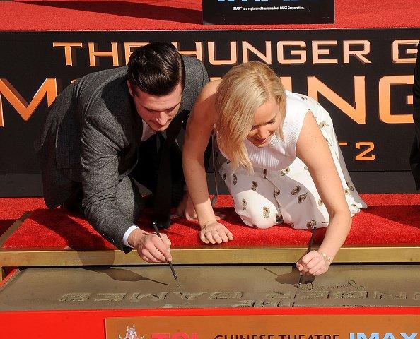 En ce 31 octobre 2015, JEnnifer, JOsh et LIam marquaient leurs emprintes sur le monde à la célèbre cérémonie hand and footprint.  Elle avait lieu à Hollywood . Kristen & Emma l'ont fait des années auparavant