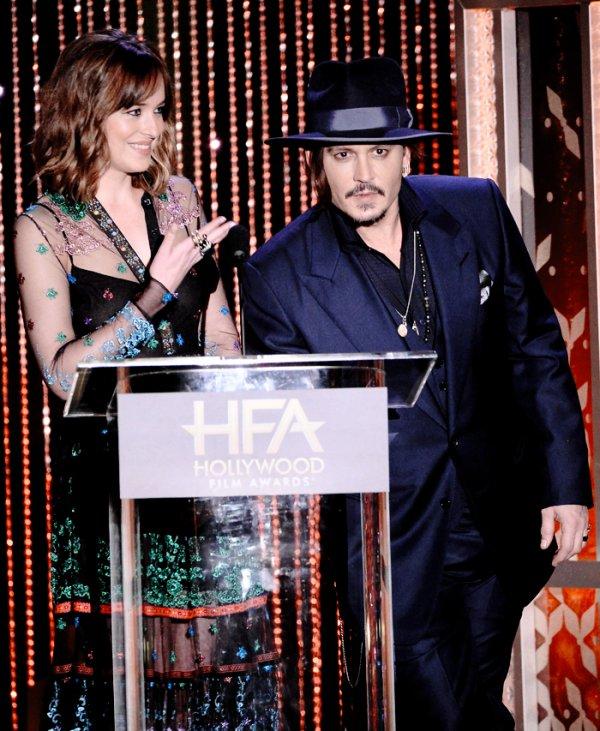 Dakota étais au HFA Films awards à Hollywood. Elle a remis un prix avec Johnny Depp . Elle es trop belle, j'aime bien sa robe, elle es très originale. Ça passe ou  ça casse. Top!