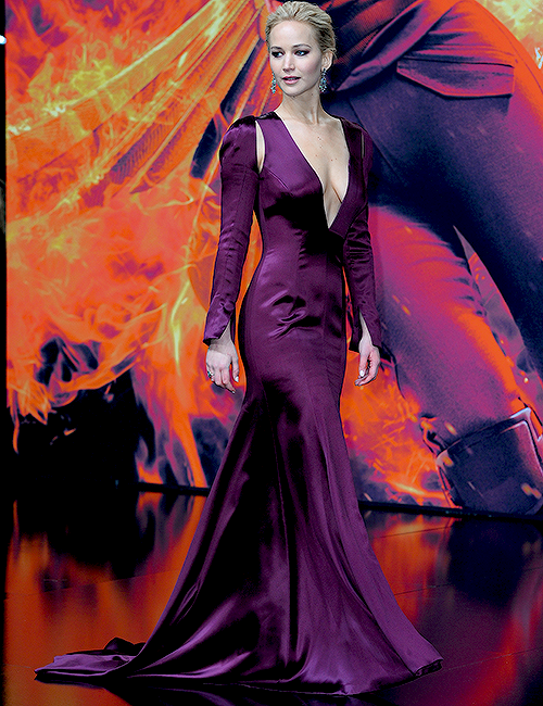 Jennifer a l'avant première de HUnger Games la révolte part 2 en Allemagne. Elle est trop belle. J'adore sa robe <3  +  Stills de tvd  pour l'épisode 7!