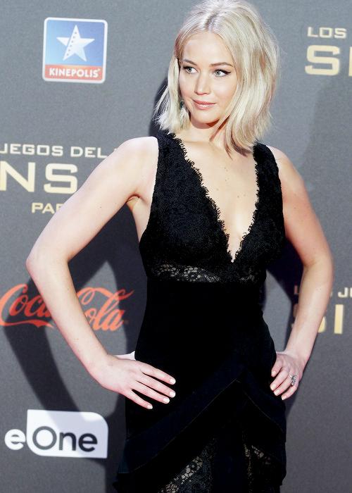 Jennifer à la conférence de presse à Madrid, le rouge lui va bien + la miss à l'avant première espagnole. Toute souriante :)  Info:  elle est encore tomber '^^