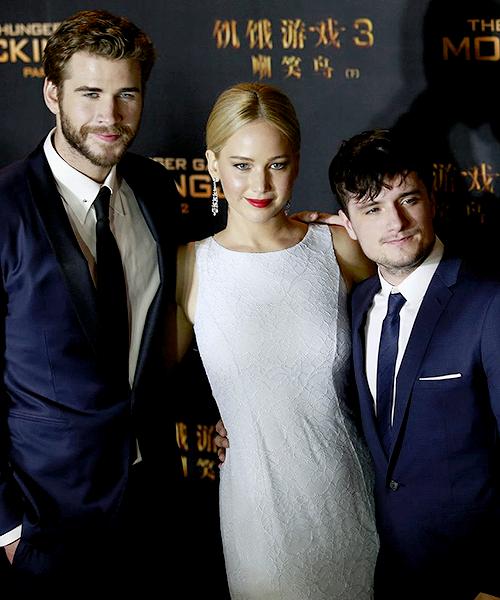Jennifer a l'avant première de Hunger games en Chine, trop jolie + Le retour de Robert sur le tapis rouge, il étais avec sa petite amie à la cérémonie  GO campaign gala. Beau gosse, jai l'impression qu'il a maigrit non?