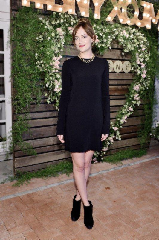 Dakota a un dîner à LA, petite robe sympa et à un défilé de mode à Tokyo. + UNe Chloé girly et sexy pour le magazine Nylon