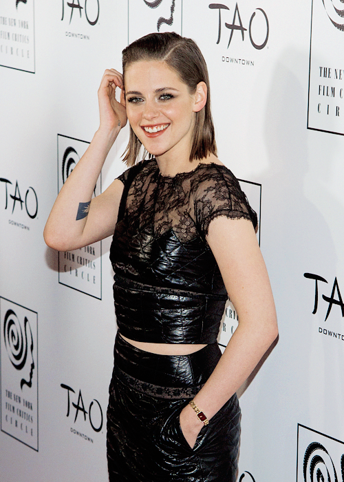 Kristen au Critics CIrcles awards +  Jennifer en couverture du mag Glamour !
