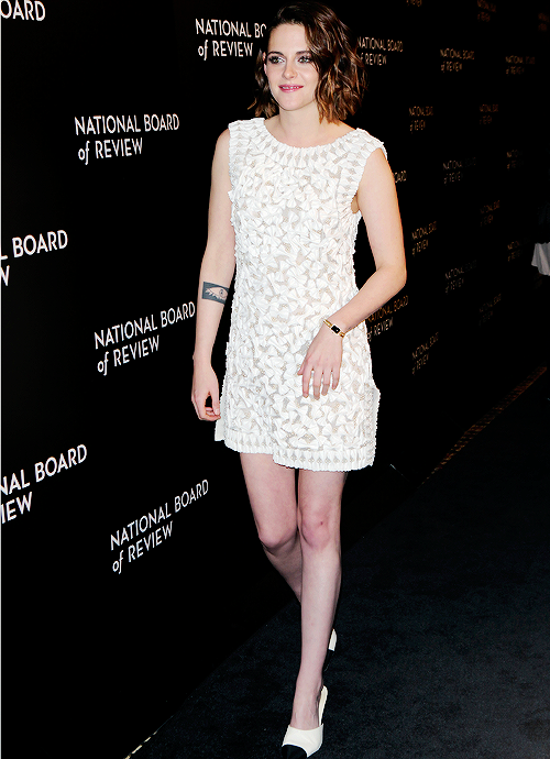 Trois sorties de Kristen, plus rayonnante que jamais. + Dakota au people choice awards.