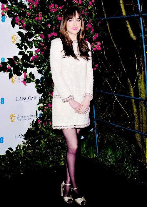 Dakota est a Londres pour la cérémonie des BAFTA. Elle a ete au diner dans une jolie robe noire + Le jour suivant au pré bafta et pour finir a la cérémonie au BAFTA. Elle est sublime dans sa robe rouge. Les photos en noir et blanc sont trop belles.