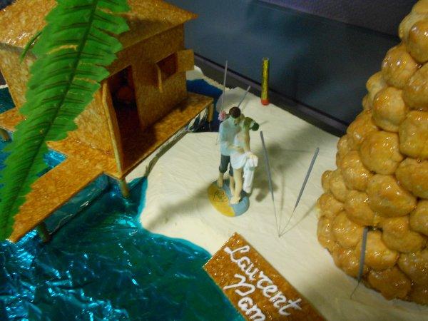 """Commande pour un mariage (thème """"les îles""""), pièce montée (palmier + cabane), cascade de fruits et entremets."""