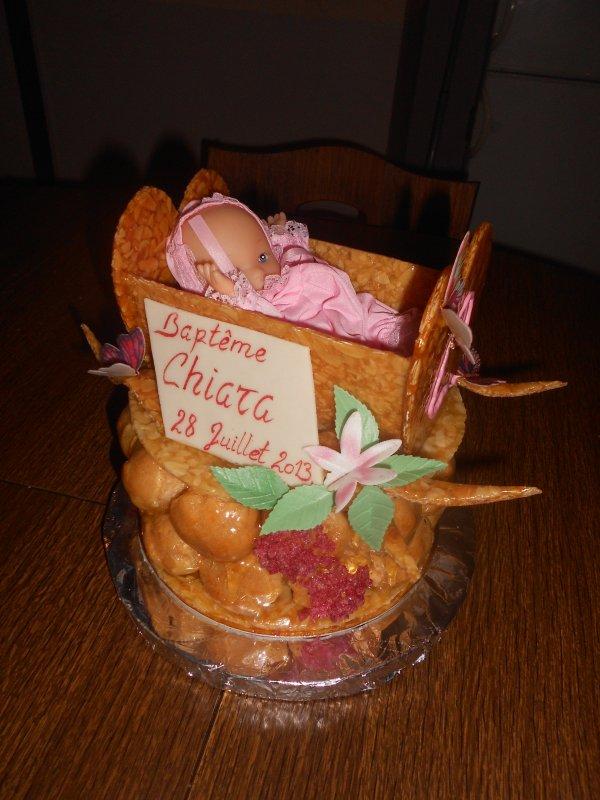 Commande pour un baptême, pièce montée (tétine ou sucette), pièce montée pyramide + lit, entremet et arbres à bonbons individuels.