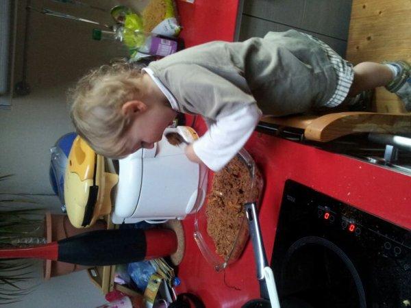 Mon fils en train d aider papa à faire à manger