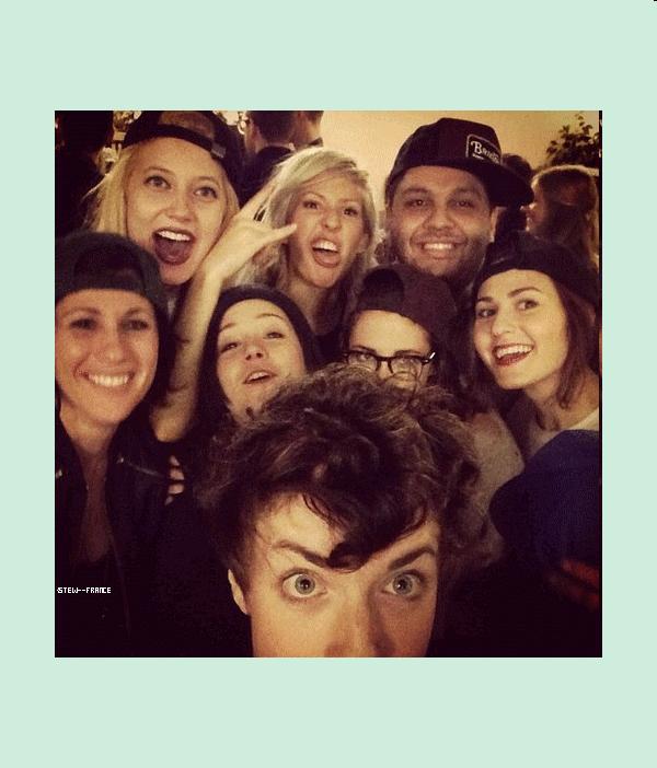 . 09.02.13  Kristen avec ses amis dans les coulisses du concert d'Ellie Goulding a Los Angeles.