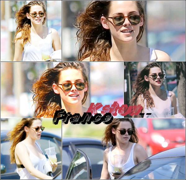 . 09.07.2013 Kristen était dans les rue de Glendale en Californie.
