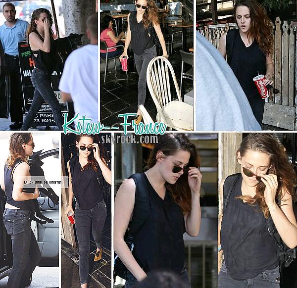 . 13.08.13 Kristen dans un restaurant a Los Feliz.15.08.13 Sortant d'une banque a LA.