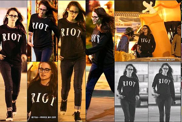 . 26.10.13 Kristen visite un magasin de citrouille a Los Angeles.