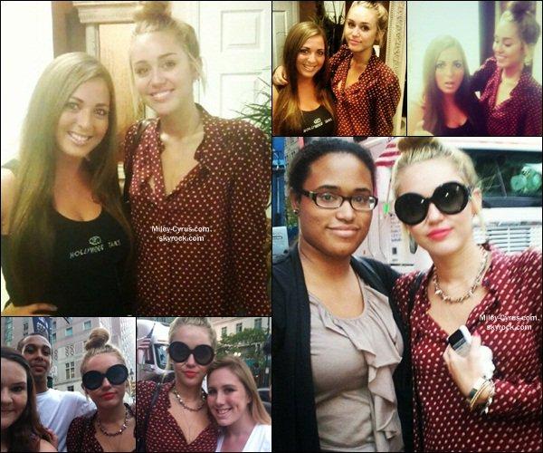 25 Juillet 2012 : Miley prendre des photos avec ses fans à Philadelphie.