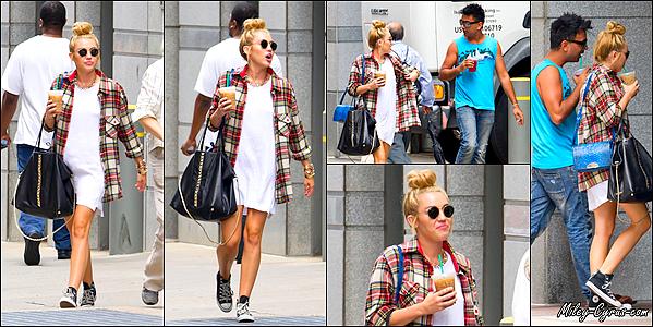 27 Juillet 2012 : Miley se promenait avec son ami Vijat Mohindra dans Philadelphie.