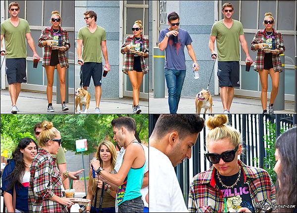 29 Juillet 2012 : Miley & Liam quittant un Starbucks coffee avec leur ami Vijat dans Philadelphie.