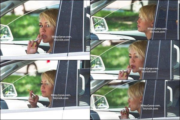 16.08.2012 : Miley au volant de sa voiture de location dans les rues de Philadelphie.