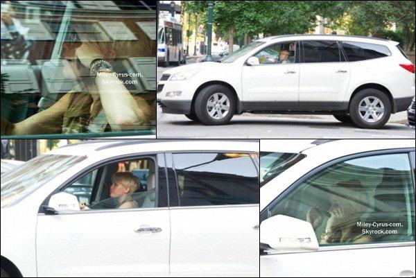 17.08.2012 : Miley au volant de sa voiture dans Philadelphie.