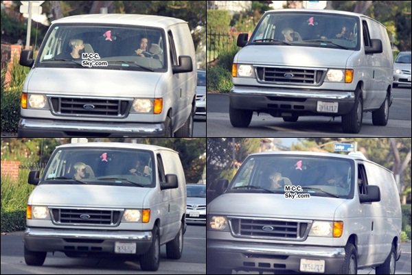 20.10.2012 : Miley et Liam ont été promener leurs chiens dans la soirée à Toluca Lake.
