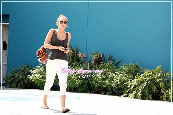 """Depuis quelques mois, Miley Cyrus a perdu beaucoup de poids. Son coach nous assure qu'elle est en bonne santé.  Miley Cyrus inquiète beaucoup ses fans ces derniers temps en affichant un corps de plus en plus maigre. Miley Cyrus serait-elle trop maigre? On le sait la jeune femme fait beaucoup de sport et elle surveille de très près son alimentation. On la soupçonnerait même d'être anorexique. Sa coach Mari Winsor affirme pourtant : """"Je pense que les gens ont besoin de se calmer. Elle est en bonne santé et elle se sent bien (…) elle voulait sculter son corps, c'est tout."""" Mais en plus de ses séances d'une heure de Pilates tous les jours, Miley suit un dangereux régime pauvre en calories et sans gluten. Mais visiblement, la jeune femme n'en fait qu'à sa tête et """"elle adore ses abdos"""" selon sa coach.   Vos Avis ? Vous pensez qu'elle est trop maigre ?"""