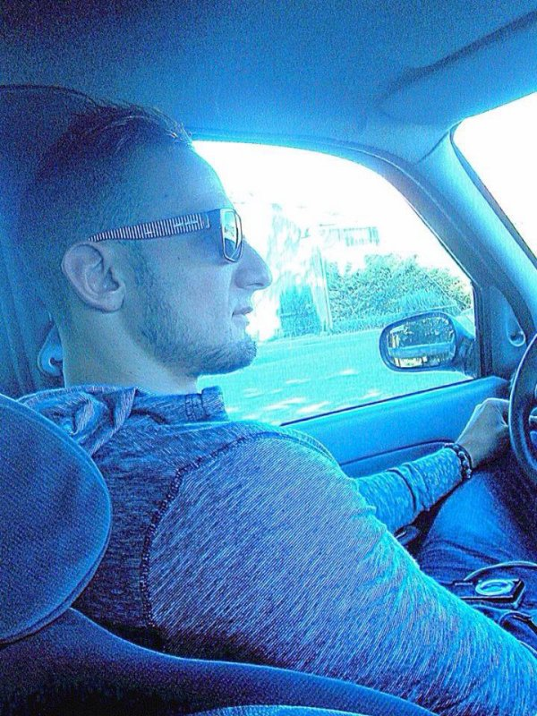 moi dans ma  voiture