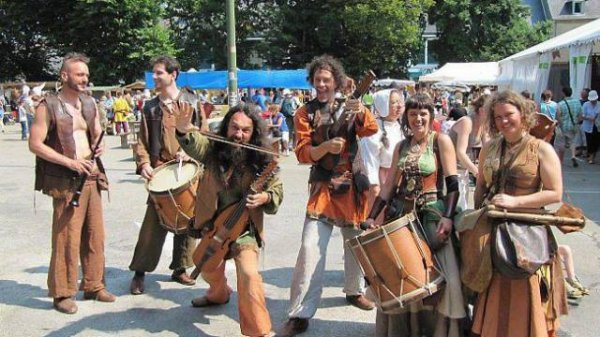 Des danseurs musiciens