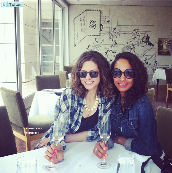 .Photo de Lyndsy avec Lyndie Greenwood, co-star de Nikita, postée sur twitter. .