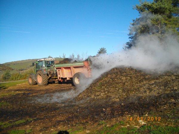 Le compostage du fumier.Avec comme ensemble le FENDT 411 et l'épandeur DEGUILLAUME plus le MECALAC 11 CX i