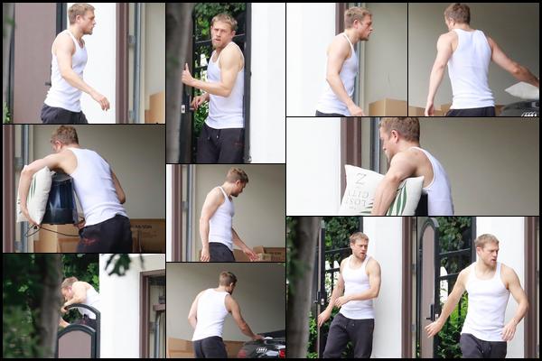 16.06.2018 : Le beau Charlie Hunnam avec ses bras musclés a passé du temps dans son garage à Los Angeles
