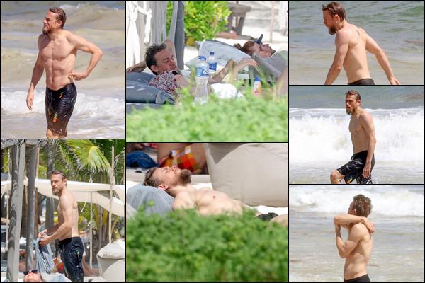 16.10.2018 : Charlie Hunnam et sa petite amie Morgana McNeils ont été vu sur la plage de Mexico (Mexique)