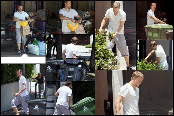 14.06.2018 : Charlie Hunnam vêtu d'un T-Shirt blanc et d'un jogging a été vu sortant les poubelles à  Los Angeles
