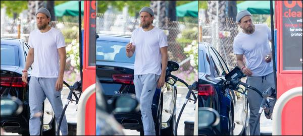 12.05.2019   ▬ Charlie Hunnam a été vu faisant le plein de sa voiture dans une station service à Los Angeles C'est toujours avec son bonnet gris fétiche sur la tête que l'on retrouve Charlie mettant de l'essence dans sa voiture