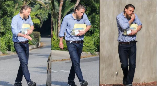 15.05.2019   ▬ Charlie Hunnam a été photographié portant des bouteilles d'eau dans ses bras  à Los Angeles. Charlie Hunnam a été aperçu près de la maison d'un ami et téléphone portable à l'oreille j'aime beaucoup sa tenue
