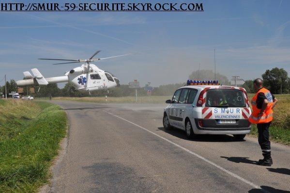 une voiture du SMUR de valenciennes avec  un élicotaire du SAMU + pompier