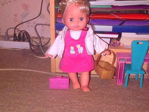 Cathie a juste piqué le style de mamie avec son panier en osier et le sac rose, et a prise la veste de Lou Bega mais elle n'a rien fait de mal !