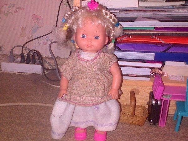 Ella avec des vêtements un peu grands !
