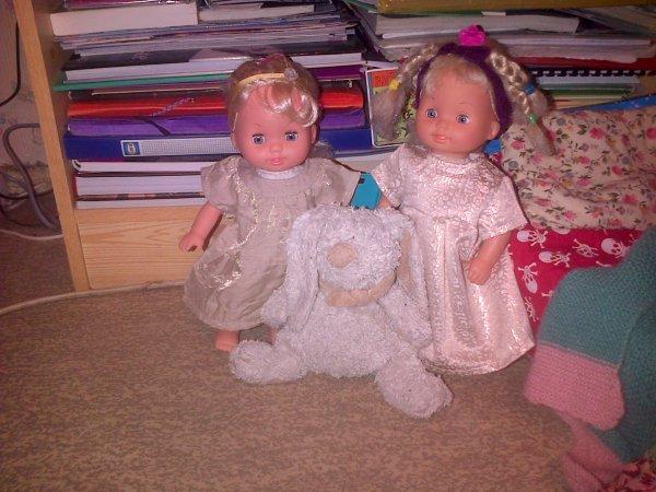Ella et Cathie avec un gros doudou.