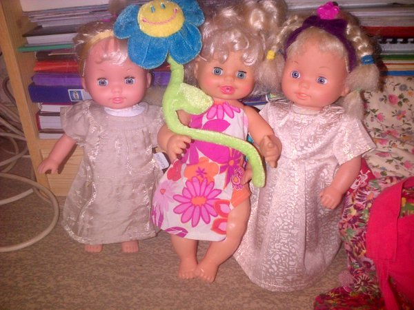 """Cathie, Ella et Gwendoline souhaitent une """"Bonne fête des pères"""" à tous les papas."""
