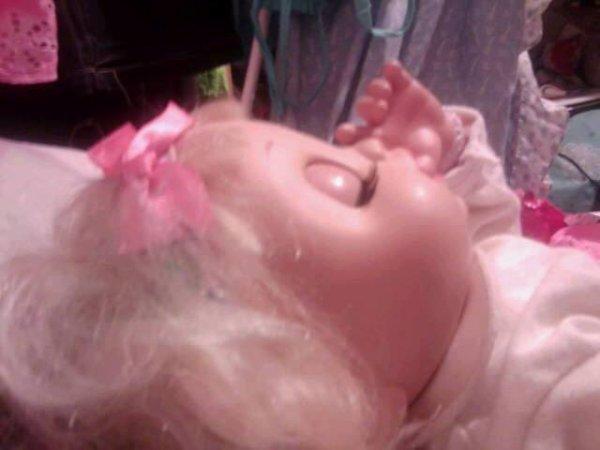 Nina dort et suce son pouce.