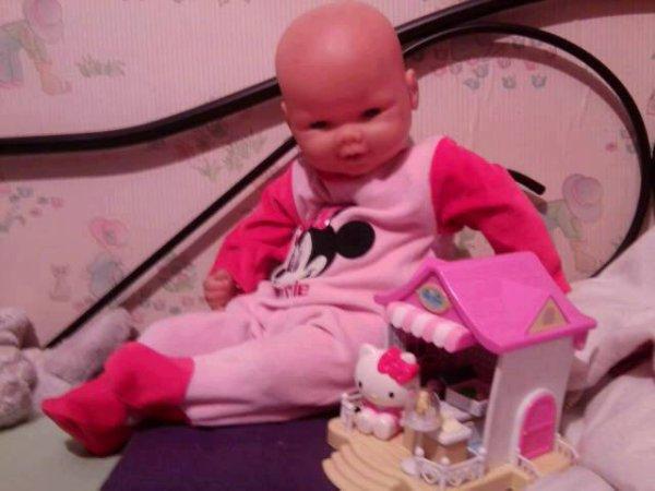 Fanny joue avec sa boutique Hello Kitty