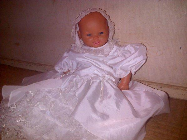 Fanny en robe de baptême.