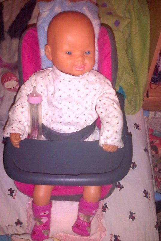 Fanny dans sa turbulette et son siège auto.