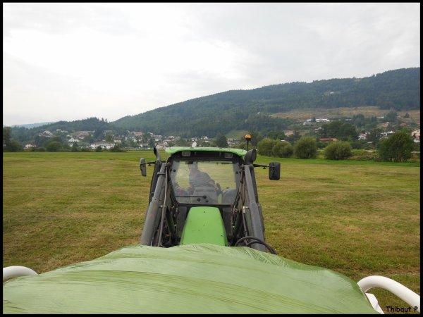 Deutz-Fahr Agrotron 90 MK3 au ramassage de l'enrubanner !